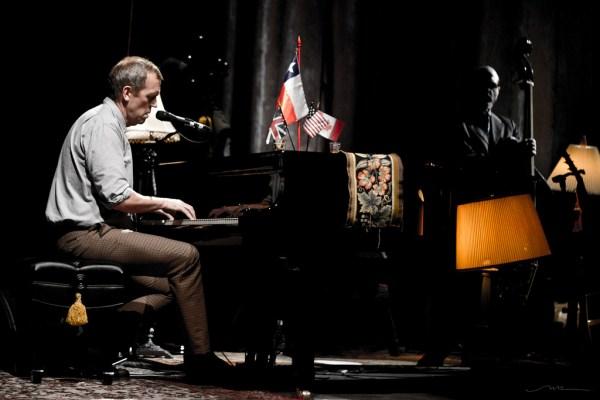 Hugh Laurie durante una presentación en Chile / Foto: Natalia B.R.