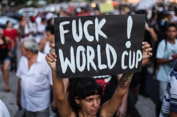 Manifestantes participan en una jornada nacional de protesta contra la organización del Mundial de fútbol de 2014 en Río de Janeiro / Foto: Infolatam