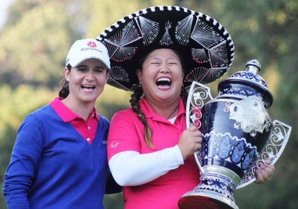 La ganadora, ... festeja junto a Lorena Ochoa. Foto: Indeporte Ciudad de México