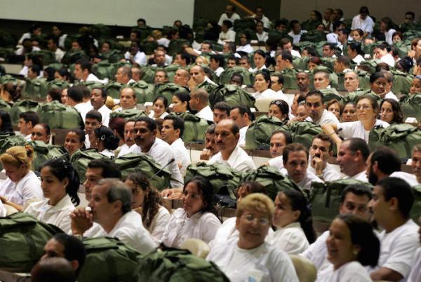 Cuba ha desplegado 250 médicos en África Occidental para combatir el ébola. Foto: Adalberto Roque/AFP.