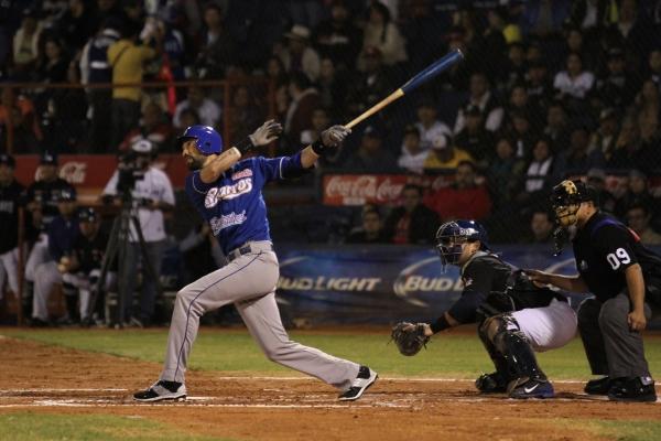 El jugador Iván Araujo produce carrera durante un partido de semifinal contra los Yaquis.