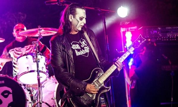 Foto: El guitarrista Dez Cadena formó parte de la banda durante casi 15 años, actualmente lo suple el Jerry Jr.