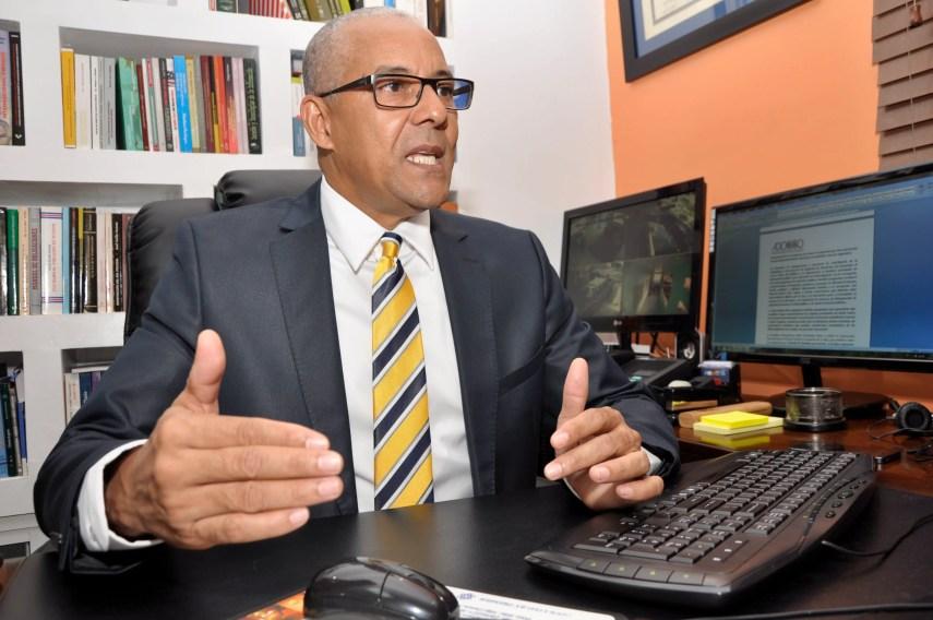 El pais. Julio Cesar De la Rosa, presidente de Alianza Dominicana Contra la Corrupción, ADOCCO en rueda de prensa.Hoy/Pablo Matos     31-03-2014