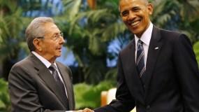 Foto de archivo de Barack Obama y Raúl Castro.