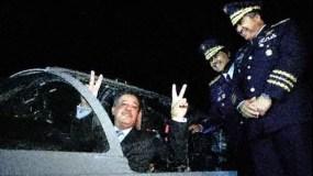 El entonces presidente de la República Leonel Fernández hace la señal de la victoria al recibir los dos primeros aviones Super Tucanos comprados a Brasil. Le observan el entonces jefe  de las Fuerzas Armadas, Pedro Rafael Peña Antonio, y el jJefe de la Fuerza Aérea Dominicana, Carlos Rafael Altuna Tezanos. Archivo.