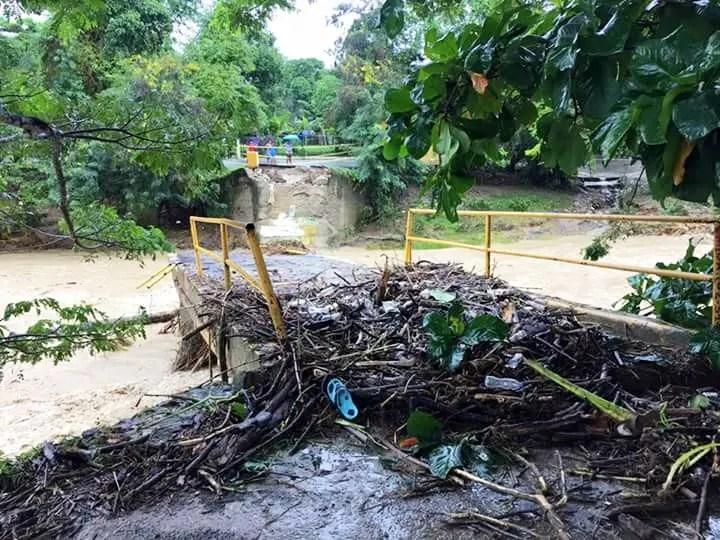 Este puente sobre el río Bajabonico colapsó dejando varias comunidades incomunicadas.
