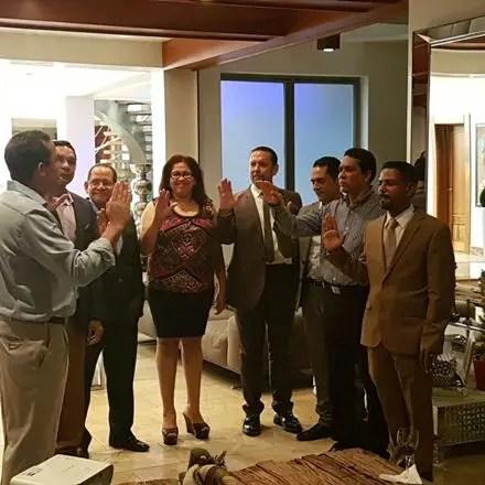 Orlando Vargas, pasado presidente de la Academia Dominicana de Cirugía Plástica juramenta al doctor Rafael Cisnero, como presidente y demás miembros de la nueva directiva de la entidad.