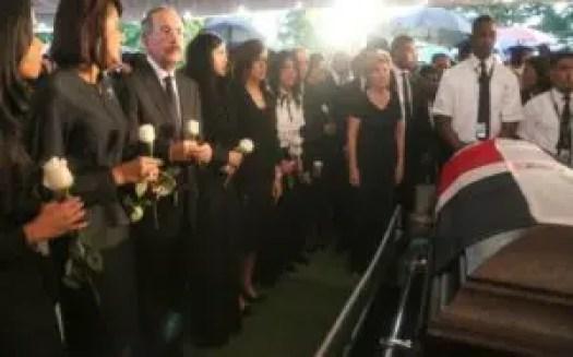 En medio de manifestaciones de dolor y tristeza fue sepultado en el cementerio Puerta del Cielo, el asesinado alcalde de Santo Domingo Este, Juan de los Santos.