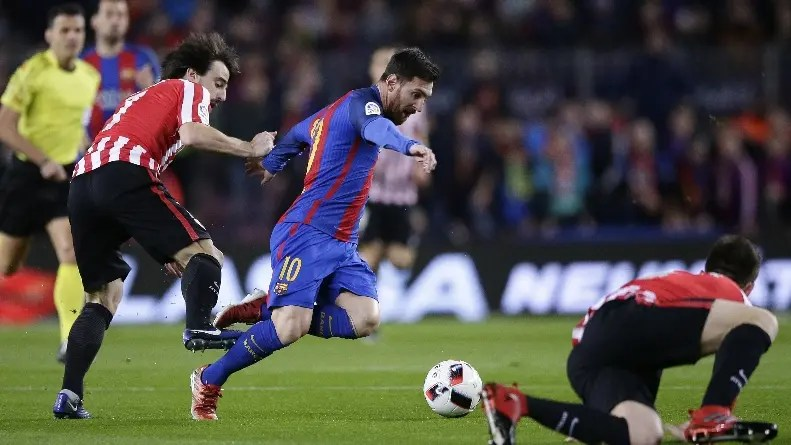 FC Barcelona's Lionel Messi, center, duels for the ball against Athletic Bilbao's Benat Etxebarria, left, during Copa del Rey, 16 round, second leg, between FC Barcelona and Athletic Bilbao at the Camp Nou in Barcelona, Spain, Wednesday, Jan. 11, 2017. (AP Photo/Manu Fernandez)