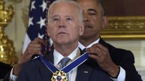 El presidente Barack Obama coloca al vicepresidente Joe Biden la Medalla Presidencial de Libertad durante una ceremonia en el Salón Comedor Estatal de la Casa Blanca, en Washington. (AP Foto/Susan Walsh)