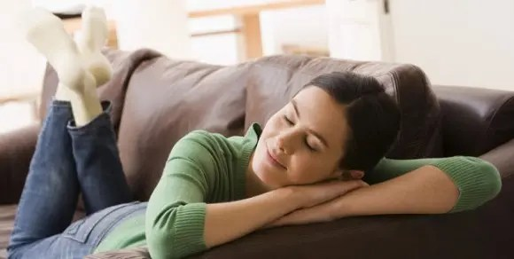 mujer-getty-sillon-sofa-relax-sola-soltera-feliz_mujima20120516_0016_31-e1376014960606