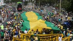 Brasileños participan en una manifestación contra la corrupción hoy,  en la playa de Copacabana en la ciudad de Río de Janeiro (Brasil). Las manifestaciones contra la corrupción convocadas para hoy por los movimientos no partidarios que el año pasado movilizaron a millones de brasileños contra la destituida presidenta Dilma Rousseff tuvieron una adhesión muy inferior a la esperada por sus organizadores. EFE / Marcelo Sayão