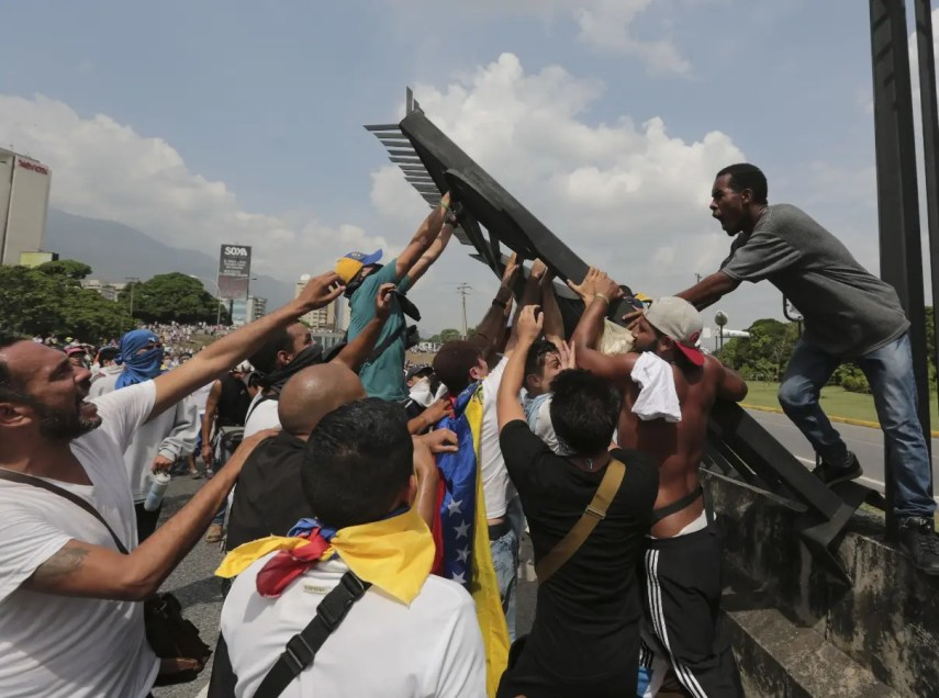 Los partidarios del mandatario venezolano también salieron a las calles, al ritmo de música alegre.