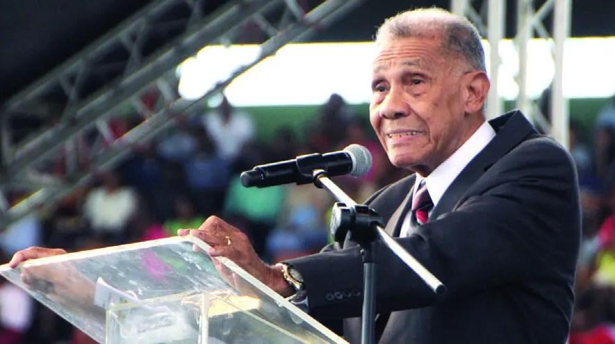 Ezequiel Molina Rosario mientras ofrece su sermón en la celebración de La Batalla de la Fe, realizada en el Estadio Olímpico en enero.
