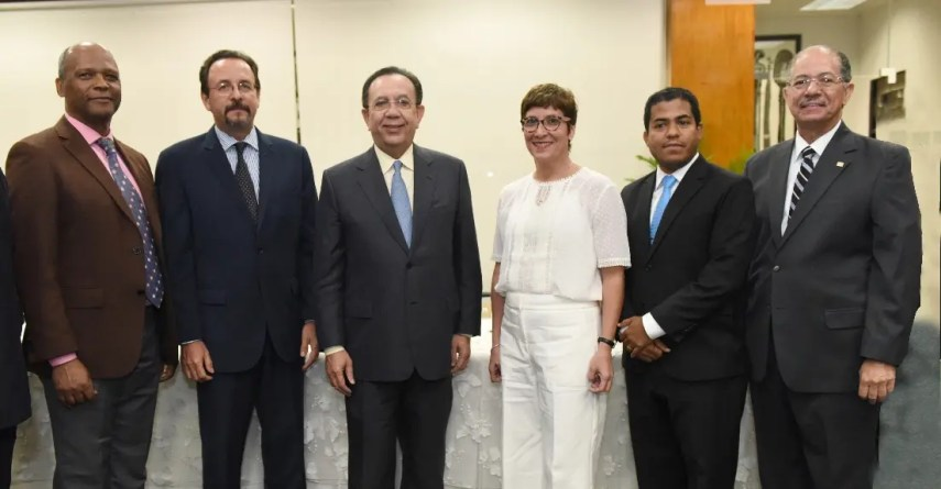 César Augusto Zapata, Luis Toirac, Héctor Valdez Albizu, Sara María Rivas, Fari Rosario y José Alcántara.