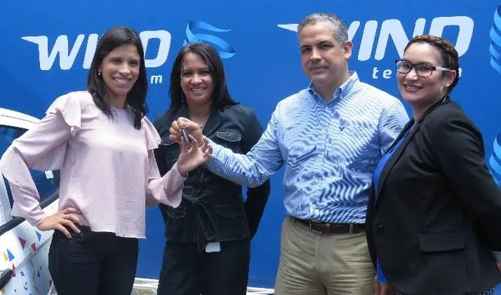 Ejecutivos de la empresa entregan  el premio a María Elizabeth Tió.
