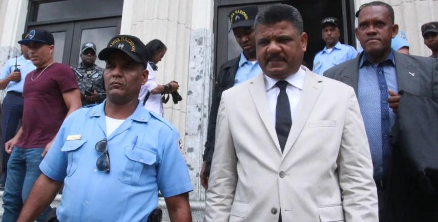 El abogado de Odebrecht, Robert Valdez, en momentos en que abandona el Palacio de Justicia de Ciudad Nueva tras emitirse el fallo.