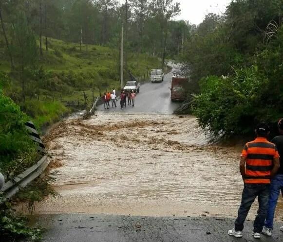 Interrumpido el tránsito por la carretera Jarabacoa-Manabao, por la crecida de arroyo.