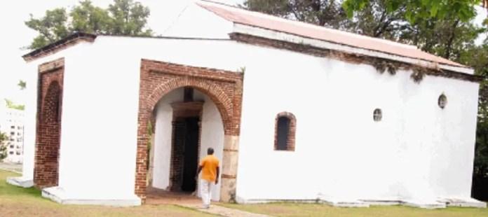 Un peatonal trasero y una pequeña puerta de acceso a través de Molinos del Ozama son las vías de acceso a este patrimonio.