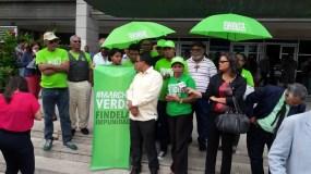 Integrantes de movimietno Verde se apostaron en las afueras de edificio que alberga la Procuraduría General y la Suprema Corte de Justicia.