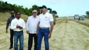 Ramón Antonio Pepín mientras realiza  la supervisión de la vía.