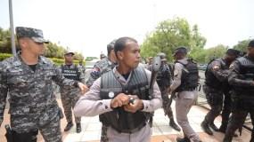 Un policía se prepara para lanzar una bomba lacrimógena contra diputados y manifestantes. Foto: Pedro Sosa.