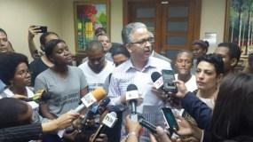 Rodolfo Espiñeira recibió el documento de los jóvenes.