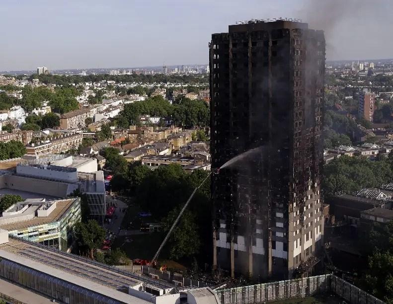 Cifra de muertos en incendio sube a 17 — Londres