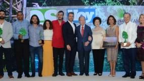 Los galardonados de los Premios ES de Conservación y Medio Ambiente 2017 reciben el reconocimiento.