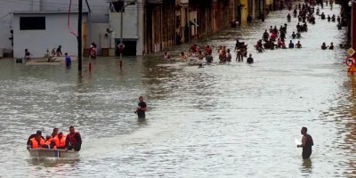 La gente se mueve por las inundadas calles de La Habana tras el paso del huracán Irma, en Cuba,