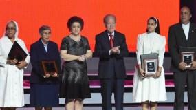 José Luis Corripio Estrada y su esposa Ana María Alonso de Corripio entregaron los premios a representantes de instituciones  de la región Sur del país.
