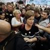 Una multitud protesta por el apresamiento de los líderes del depuesto gobierno de Cataluña.