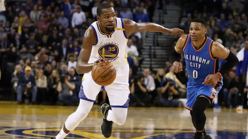 Kevin Durant (Warriors) superando a Russell Westbrook (Thunder).