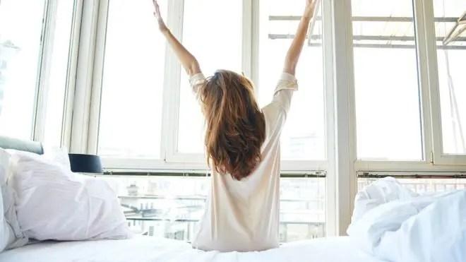 ¿Y los fines de semana también? ¿Debemos abandonar el hábito de quedarnos más tiempo en la cama el sábado y domingo?