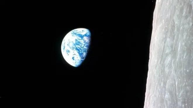 Los cambios en la distancia de la Luna han venido afectando durante millones de años cómo la Tierra gira sobre su eje. La imagen muestra en su orientación original la foto célebre tomada por William Anders, uno de los astronautas de la misión Apolo 8 en 1968.