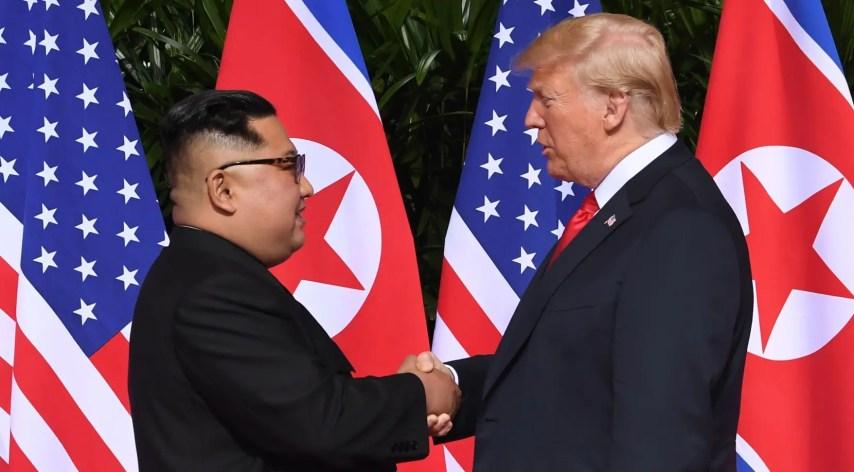 Donald Trump y Kim Jong-un  con un apretón de manos  sellan el inicio de un periodo promisorio para sus países.  AP