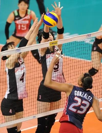 Gaila González ejecuta un fuerte remate en el partido.