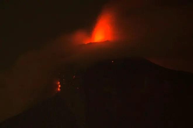 En esta imagen de larga exposición vista de la erupción del Volcán  de Fuego, que arroja lava en Guatemala. AP