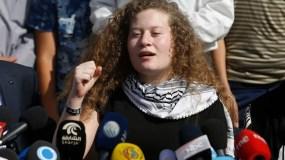 La activista palestina Ahed Tamimi da una conferencia de prensa en Nabi Saleh, Cisjordania, el 29 de julio de 2018. (AP Photo/Majdi Mohammed)