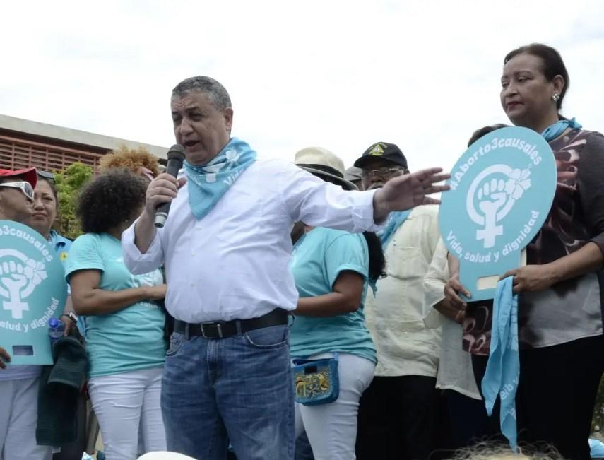 Gustavo Sánchez habla durante la finalización de la marcha feminista . José de León