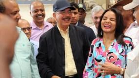Danilo Medina sonríe junto a residentes de San José de las Matas.  fuente externa