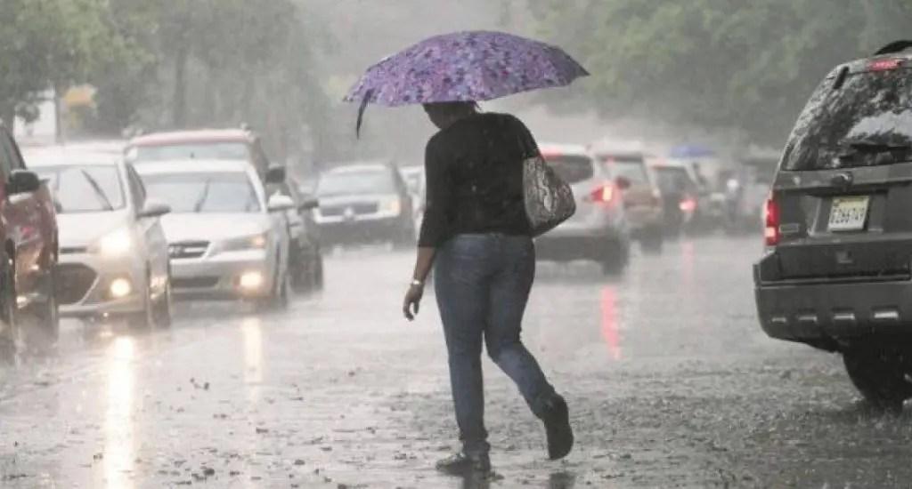 Onda tropical continuará provocando aguaceros este domingo