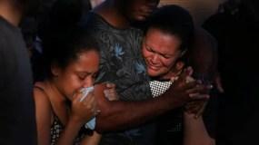 Familiares del soldado Marcus Viana Ribeiro, quien murió a tiros durante un operativo contra bandas de narcotraficantes en Río de Janeiro, en su entierro el 23 de agosto.