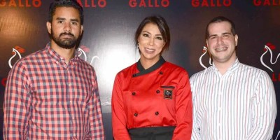 Juan Miguel Sosa y  Thomas Pichardo junto a la chef Gabriella Reginato, en Kitchen Center.