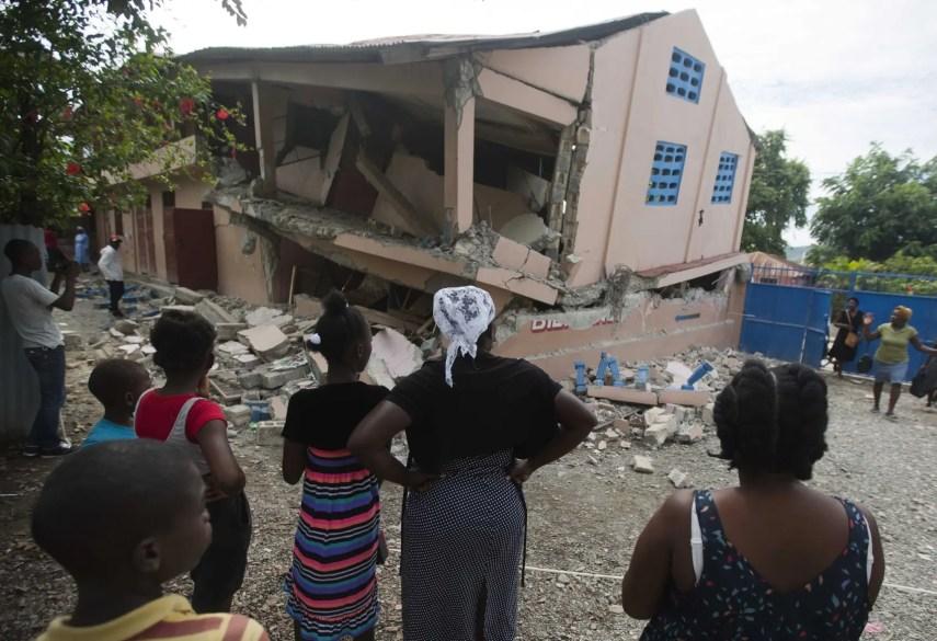 Ciudadanos observando las escombros de la Escuela Nacional San Gabriel, en Gros Morne, en el norte de Haití.