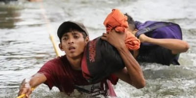 Muchos de los migrantes se arrojaron al río para poder cruzar a México desde Guatemala.