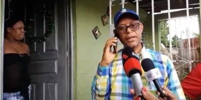El director provincial de Medio Ambiente, Francisco Porte, mientras se comunicaba con el hombre que tiene al cocodrilo.