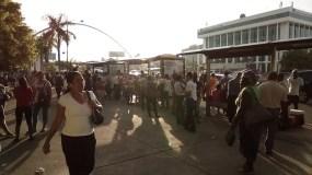 En avenida 27 de Febrero muchos esperaban la omsa para poder transportarse.