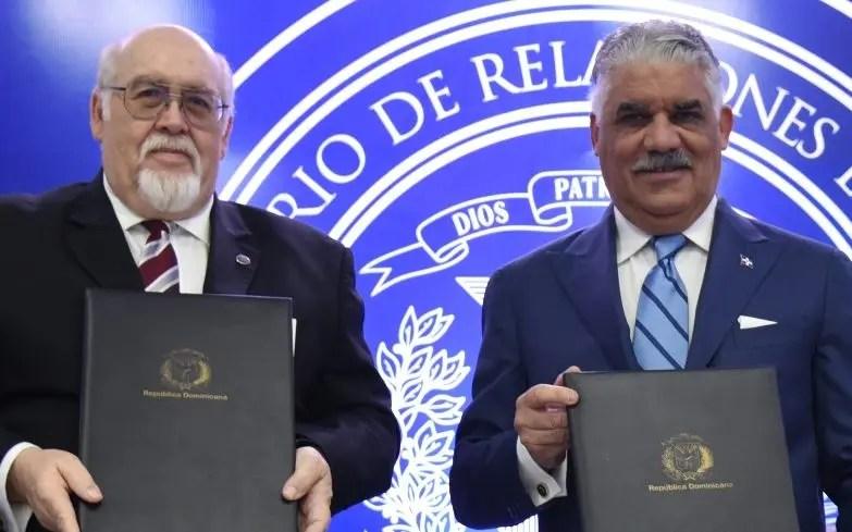 Pablo Arenaz y  Miguel Vargas firman acuerdo.  fuente externa