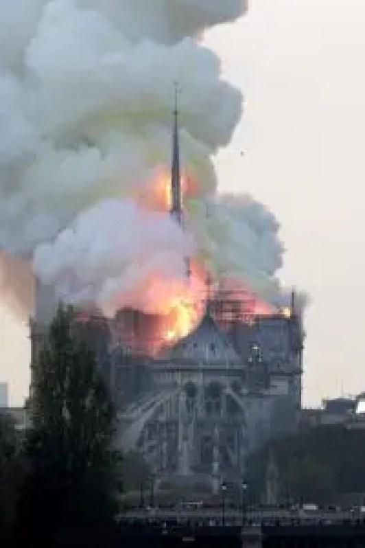 Un gran despliegue de bomberos trata de controlar las llamas, que salen sobre todo de la aguja central del templo, que es visitado por miles de personas cada día. EFE/ Ian Langsdon